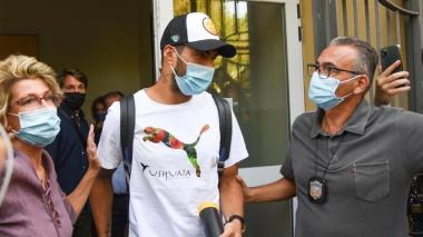 Luis Suárez viajó a Italia para presentar un examen que le certifique el pasaporte transalpino.