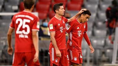 Robert Lewandowski marcó un tanto en la goleada del Bayern ante Schalke.