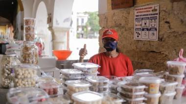 Alcaldía de Cartagena entrega bonos para insumos a dulceras