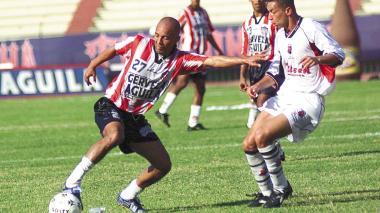 El exfutbolista barranquillero Ricardo Ciciliano en un partido con Junior en 2002 enfrentando al Medellín.