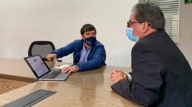 El alcalde Jaime Pumarejo explica el plan al ministro de Hacienda, Alberto Carrasquilla.