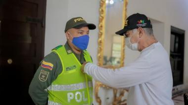 El alcalde Wiliam Dau condecora al patrullero Luis Palomino, del CAI Ceballos.