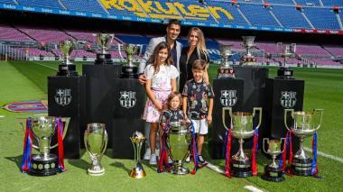Luis Suárez posó con su esposa y sus hijos junto a los trofeos que ganó en el Barcelona.