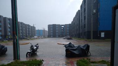 Las aguas se estancan en la zona del parque y se meten en los apartamentos.