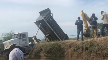Extraen material para las obras de protección de orilla en Salamina
