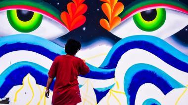 Law Carvajal, artista de la categoría Calle Killart, pinta su mural en la calle 78a con vía 40 (entrada al Malecón).
