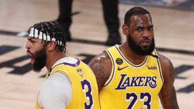 Anthony Davis y LeBron James durante el primer juego de la final ante Miami Heat.