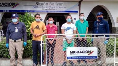 Grupo de ciudadanos venezolanos capturados antes de ser entregados a las autoridades venezolanas, en el Puente Internacional Simón Bolívar.