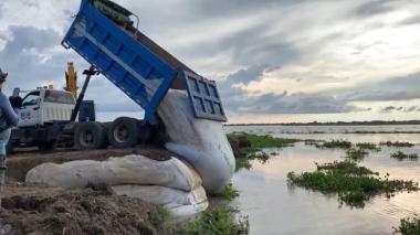 Lanzan geobolsas en la orilla del río para contener erosión en Salamina