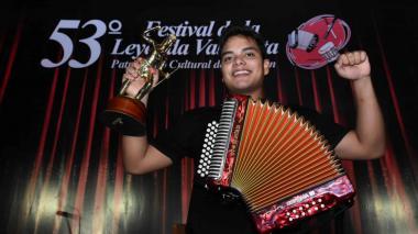 El rey Aficionado Augusto 'Tuto' López posa sonriente con el trofeo que lo acredita como monarca.