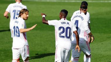 Modric felicita a Vinicius tras el gol del brasileño.
