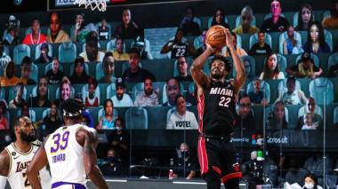 Jimmy Butler se agigantó y le dio a Miami Heat su primera victoria en la serie final de la NBA.