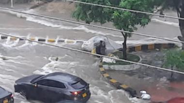 Arroyos crecidos, riñas y vehículos arrastrados dejan lluvias en Barranquilla
