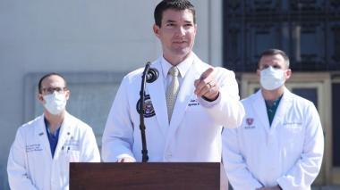 El médico del presidente Trump, Sean P. Conley, brinda una actualización sobre la condición del mandatario estadounidense en el Centro Médico Militar Nacional Walter Reed en Bethesda, Maryland, EE.UU.