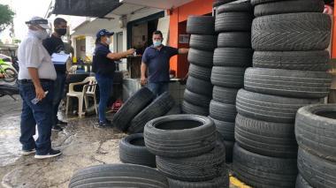 Suspenden actividad en local comercial que arrojaba llantas a la vía pública