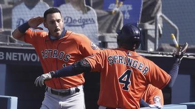 Carlos Correa felicita a George Springer, quien fue la gran figura del juego.