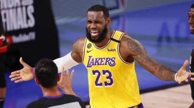 LeBron James reclamándole a un árbitro durante el cuarto juego de la final de la NBA.