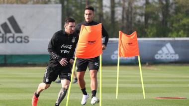 "La Argentina de Lionel Scaloni recibe a Ecuador con un Messi ""contento"""