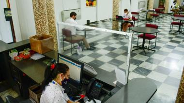 En la sala de lectura de la Biblioteca Comfamiliar se redujo el número de sillas y mesas para los visitantes.