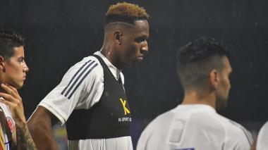 Yerri Mina escucha atento indicaciones en la práctica de la Selección.