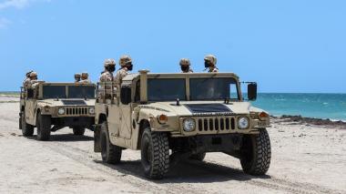 Dos carros del Ejército durante rondas de patrullajes.