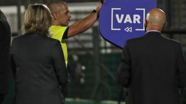 El árbitro Eber Aquino, quien dirigió el Uruguay-Chile, en una de las revisiones del VAR en el encuentro.