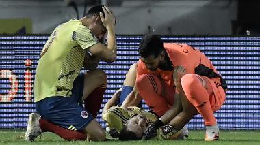 James Rodríguez y Camilo Vargas, sorprendidos, atienden a Santiago Arias.