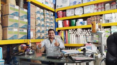 Elías Sánchez en su distribuidora de bolsas.