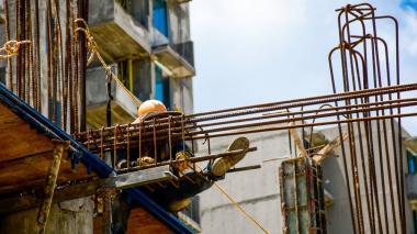 Un obrero realiza su trabajo en una obra en construcción.