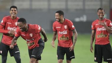 Jugadores de Perú bromean durante una práctica previa al partido contra Brasil.
