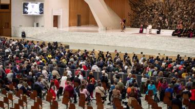 El papa no saluda a los fieles para evitar contagios y les pide disculpas