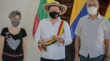 El cartagenero Manuel Vega, nuevo Rey Vallenato, entre la directora del IPCC, Saia Vergara, y el alcalde distrital, William Dau.