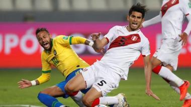 Ambos jugadores chocaron varias veces durante el duelo entre Perú y Brasil, por eliminatorias.
