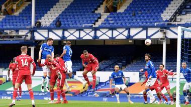 Everton, con James, cortó racha de triunfos, pero sigue líder de la Premier