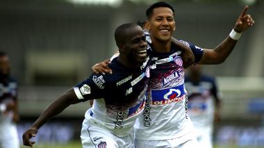 James Sánchez celebrando su gol con Carmelo Valencia.