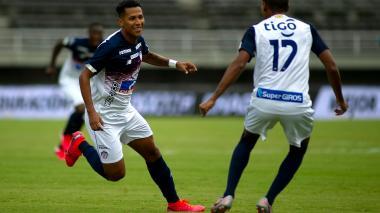 James Sánchez celebra su gol ante Pereira junto a Gabriel Fuentes.