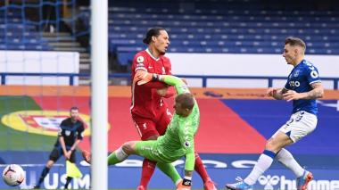 Jordan Pickford en la acción que terminó en la lesión ligamentaria de Virgil van Dijk.