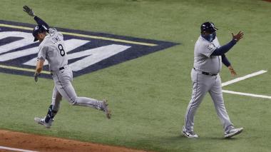 Brandon Lowe celebra uno de sus jonrones ante los Dodgers de Los Ángeles.