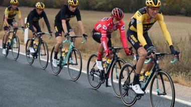 Roglic mantiene el liderato de la Vuelta a España; Esteban Chaves, descolgado