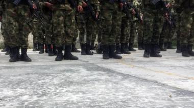 Indignación por cantos de soldados que inducen a violencia contra la mujer