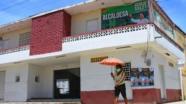 En las fachadas de las viviendas se observan pancartas de los diferentes candidatos a la alcaldía.