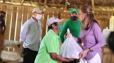 Críticas a la Vicepresidenta por hacer entrega de mercados sin usar tapabocas