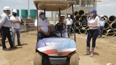 La gobernadora Noguera inspecciona una obra en Baranoa.