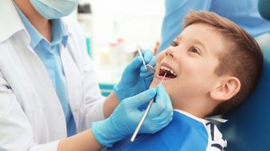Los expertos recomiendan que los niños deben ir al odontólogo al menos dos veces por año.