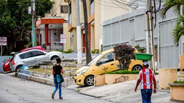 Vehículos sobre rampas se observan en una de las calles del barrio Las Delicias.