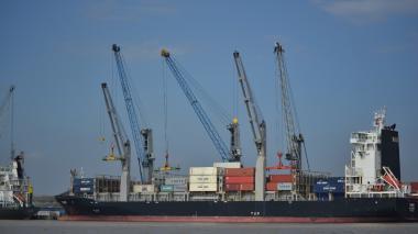 Contenedores son cargados al barco previo a zarpar.