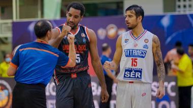 Selem Safar, escolta de Titanes, discute una jugada con el árbitro del duelo ante Cimarrones.