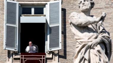 El papa recuerda a quienes murieron por el coronavirus en soledad
