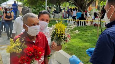 Personas en el cementerio del municipio de Sabanalarga.