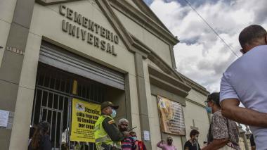 Visitantes a las afueras del cementerio Universal de Barranquilla.